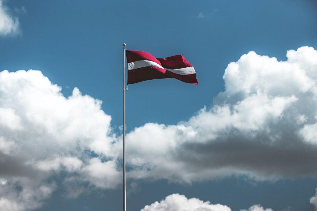 Latvijas karogs pret debesīm